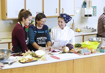 Les participants choisissent les recettes qu'ils veulent essayer.